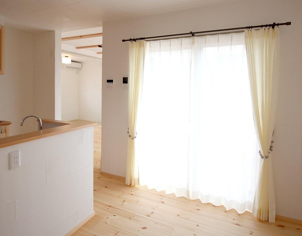 Lif/Lin(リフリン)リネンのオーダーカーテン 掃出し窓にかけた様子
