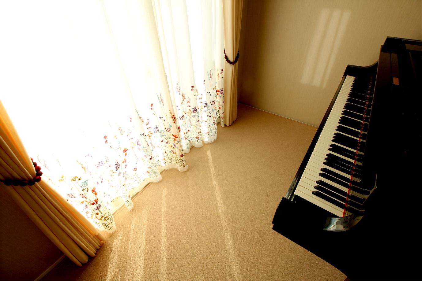 ピアノと刺繍カーテン