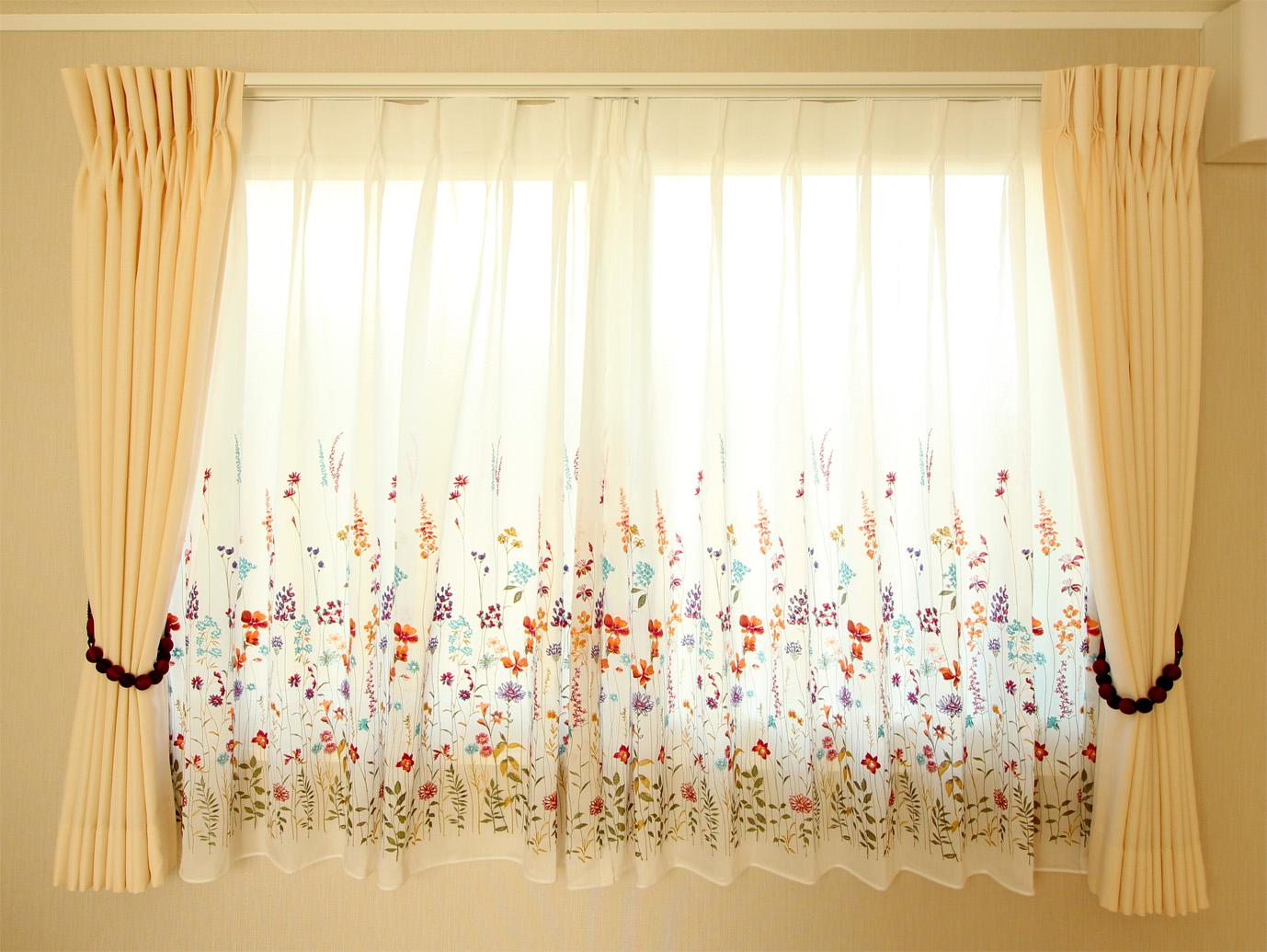 花柄の刺繍のカーテン2