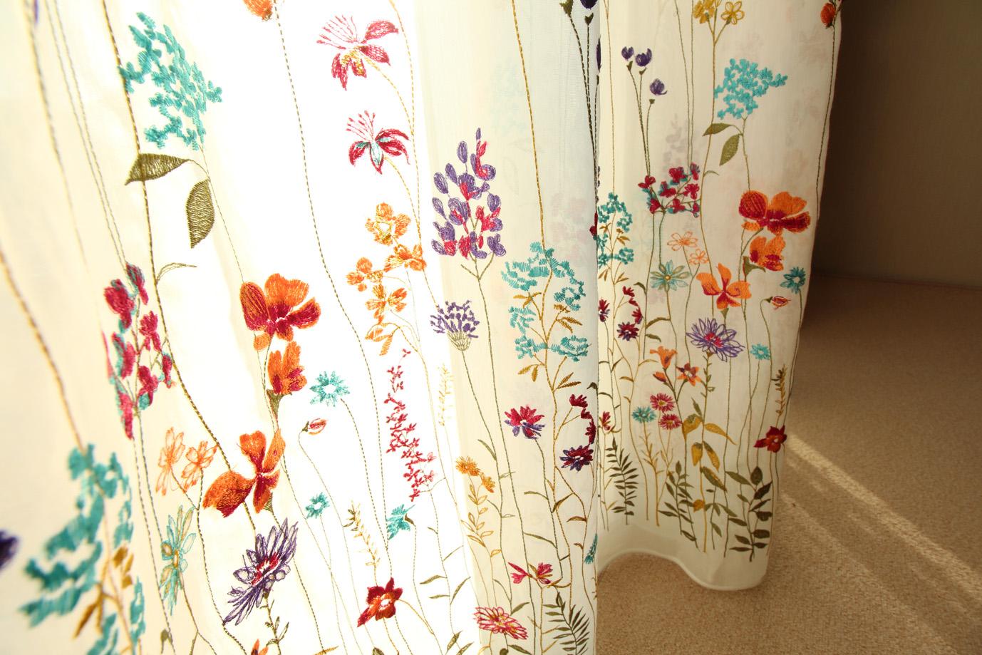 花柄の刺繍カーテン