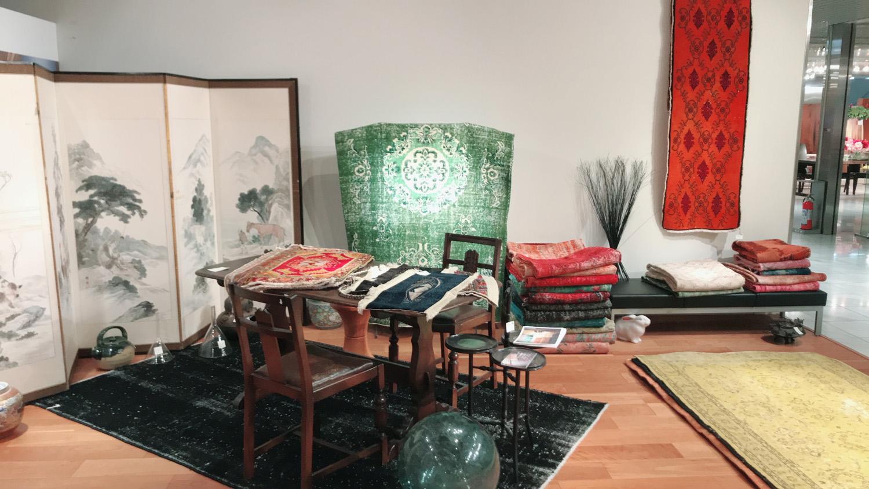 骨董品やヘレケじゅうたん、チナールやリメイク・逃げ恥にも使われたラグもあります