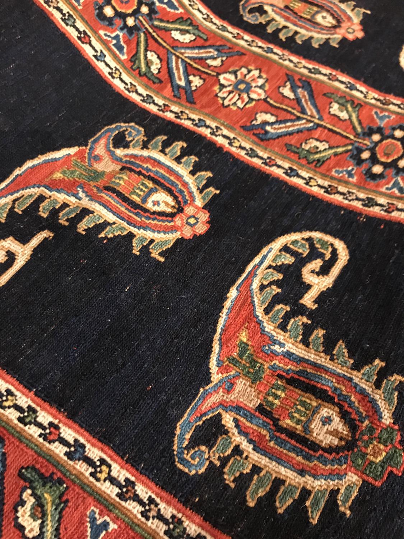 キリムのボテ文様は、家族の繋がりや繁栄を表す