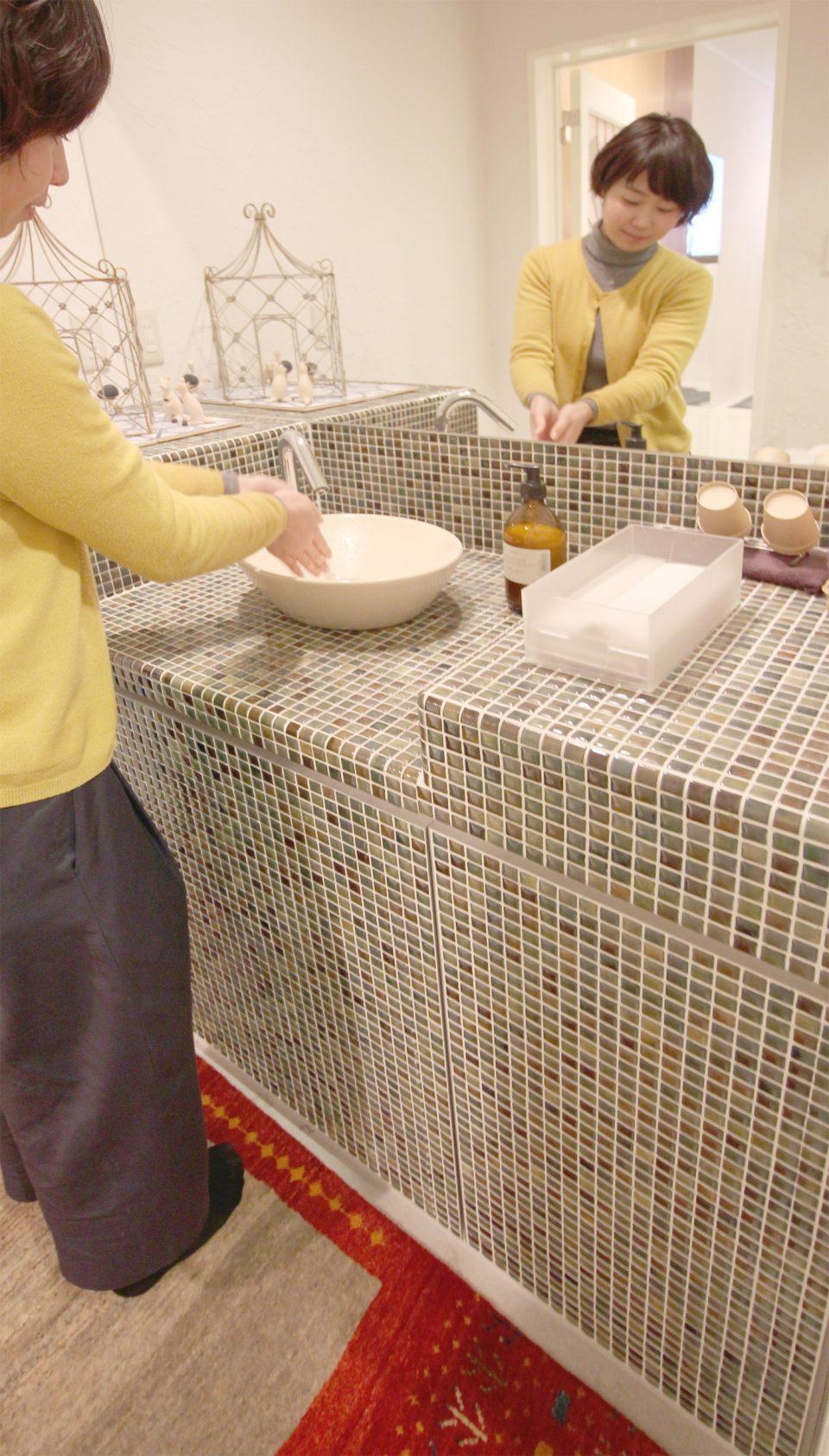 洗面台にアートギャッベ