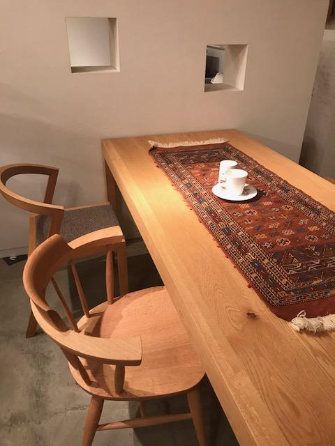 テーブルランナーにキリムを使うのもオシャレですよ