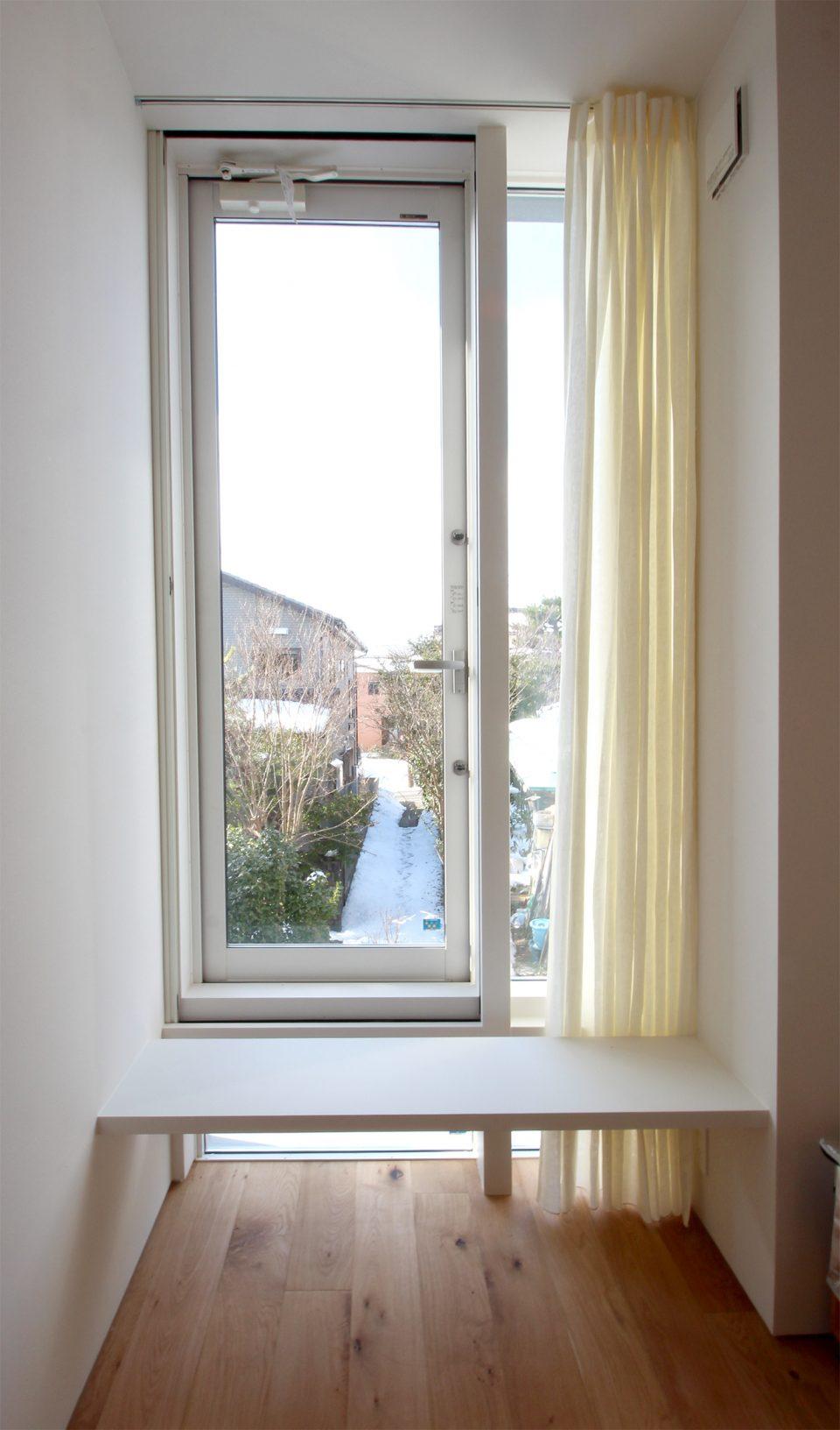 組み合わせ窓にリネンカーテン