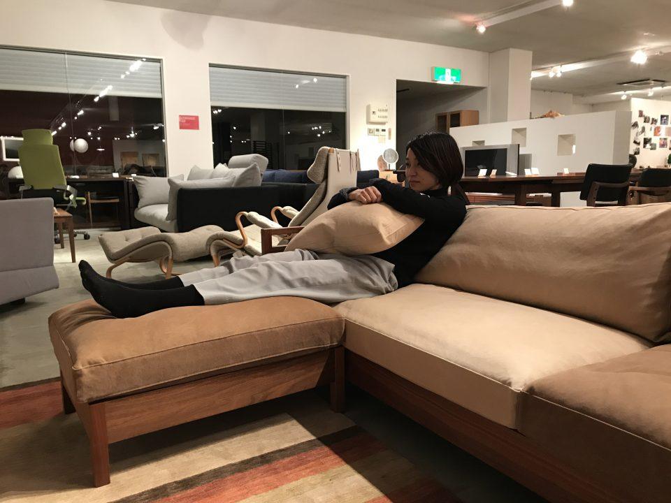 ソファでテレビを見る時に、オットマンがあると足を伸ばせて寛げます