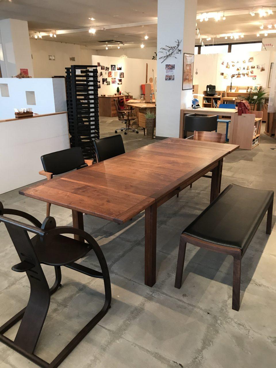 ウォールナット材の伸長式のダイニングテーブルが大きくなりました