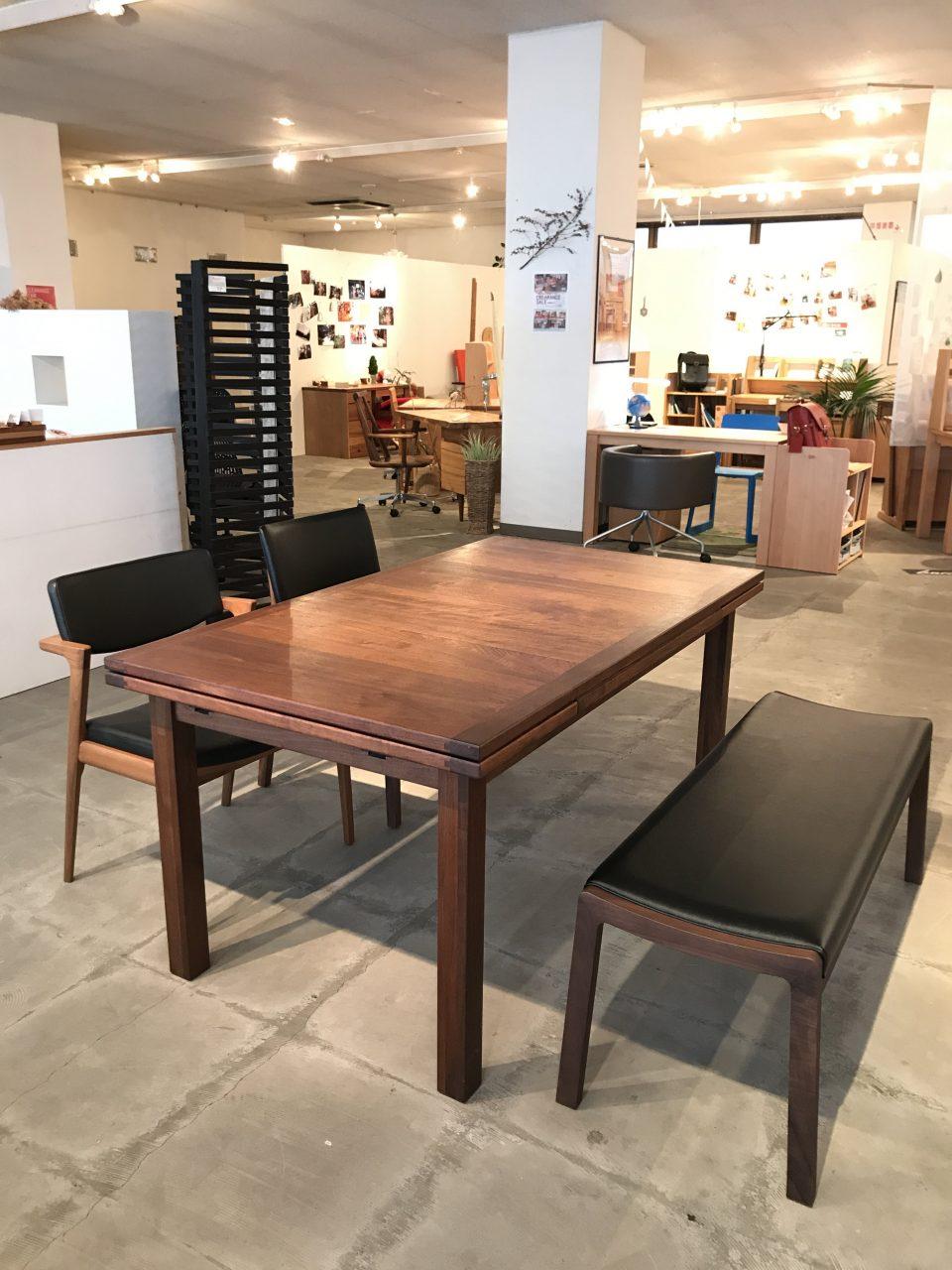 カッコいいウォールナット材の伸長式の四角いダイニングテーブルです