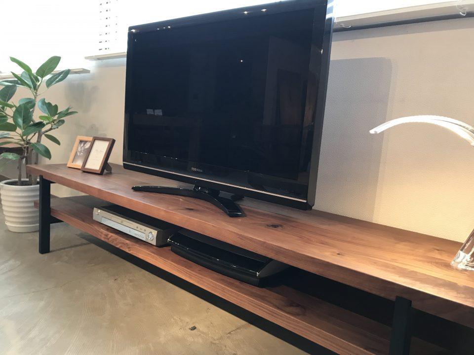 ウォールナット材のTVボードたっぷり収納でき、飾り棚としても活用できます。