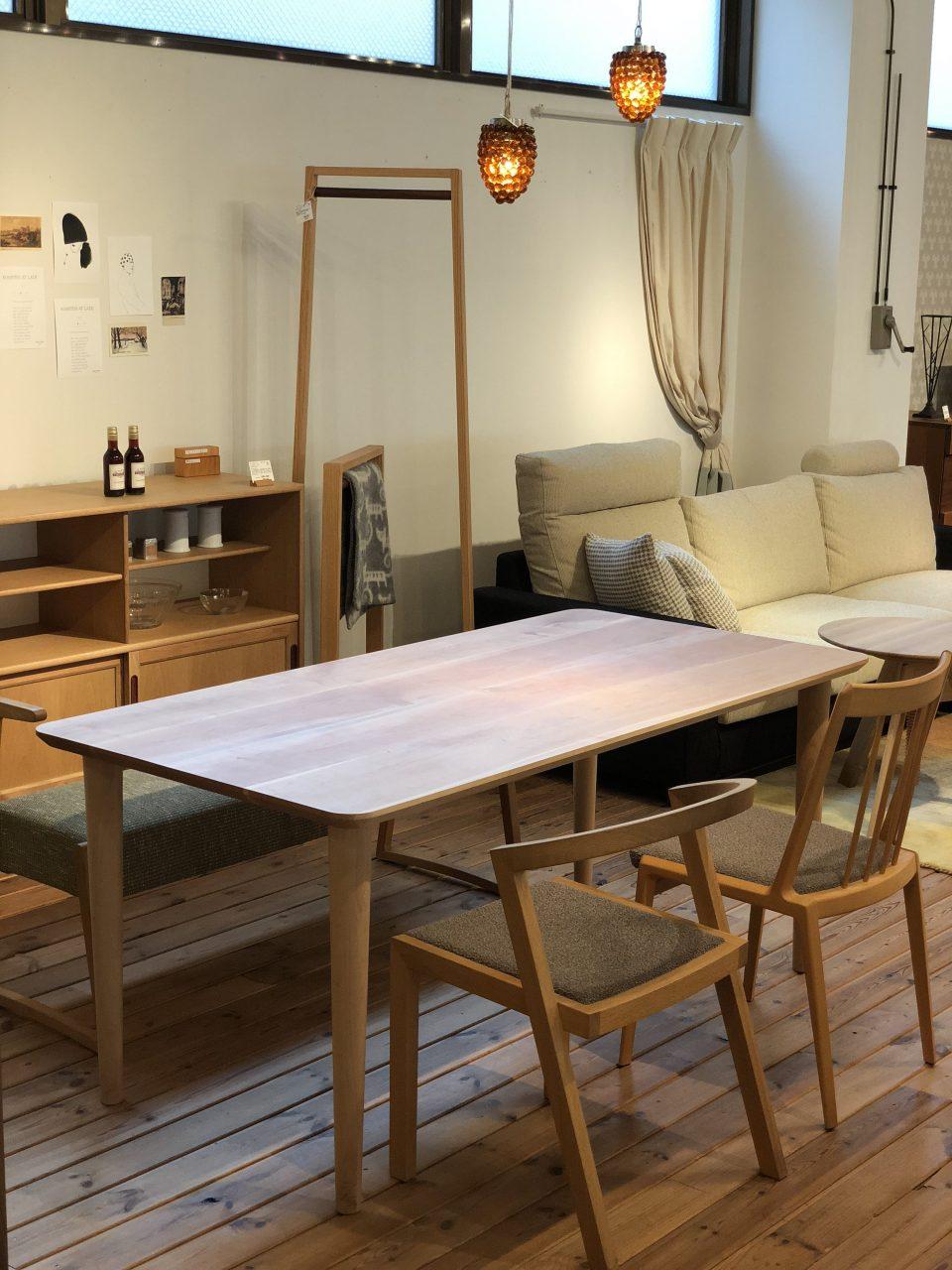 ボー・デコールの無垢板の山桜のオリジナルダイニングテーブルです。