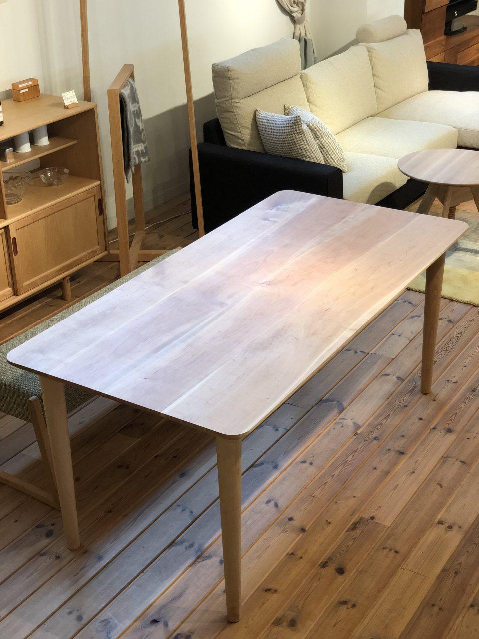 ボーデコールオリジナルの山桜の4枚ハギの綺麗なダイニングテーブルです。