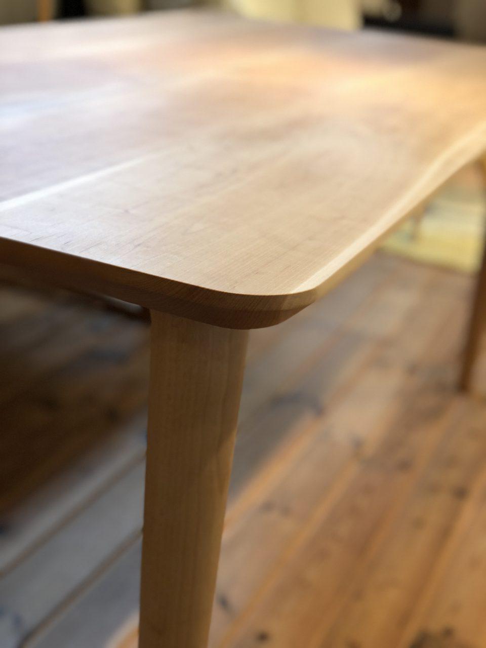 山桜の天板の面形状も船底面で軽さと柔らかさを演出してくれる山桜の無垢板ダイニングテーブルです