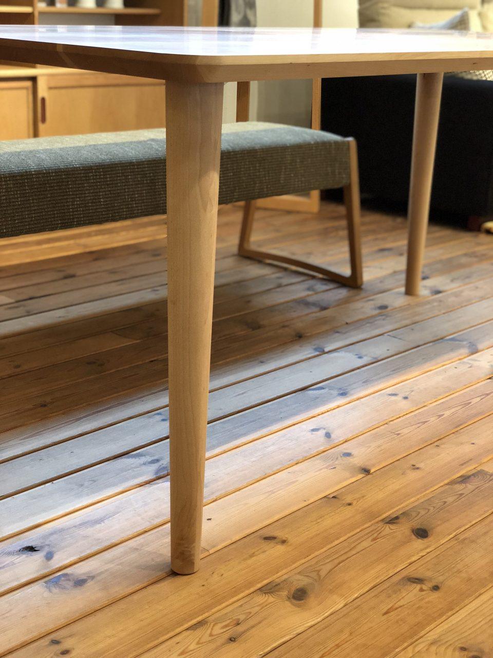 山桜のダイニングテーブルで脚は丸テーパーです