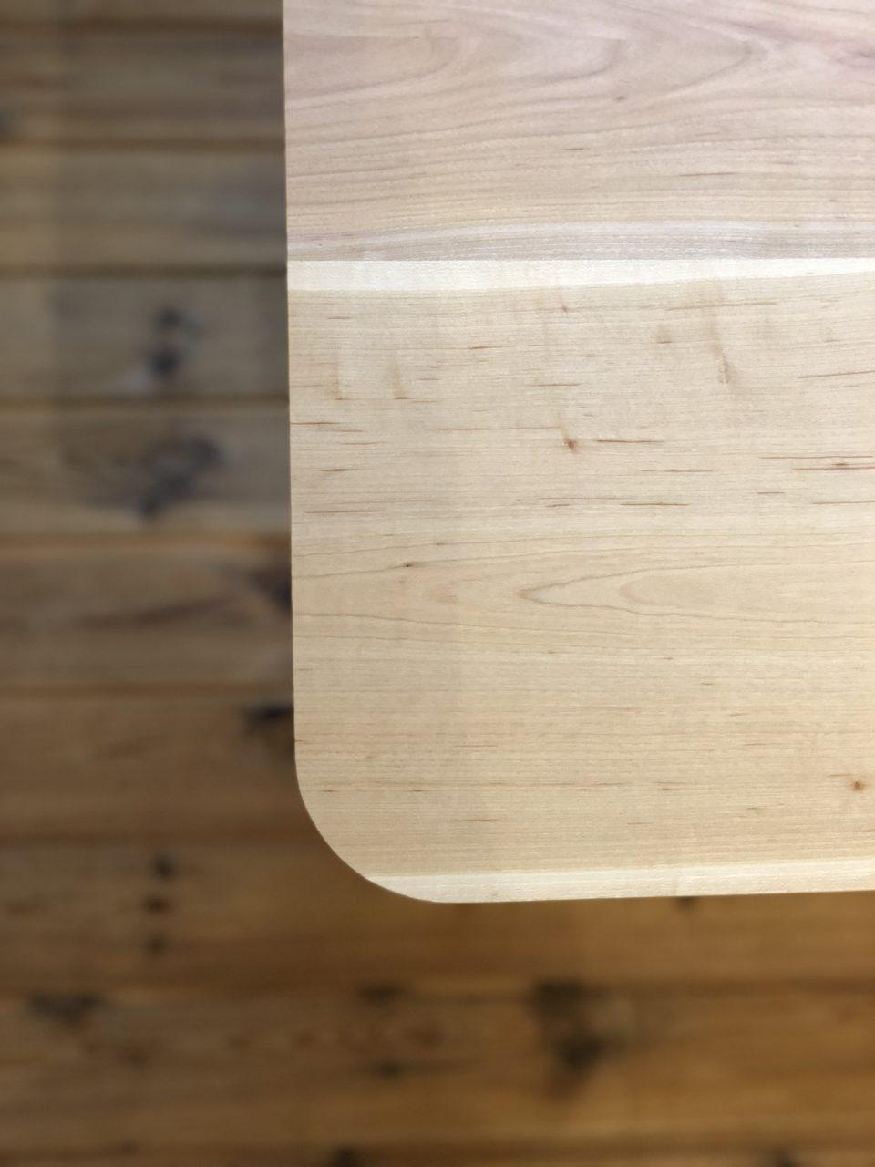 無垢板の天板形状もカド角とカド丸から選んで頂ける山桜のオリジナルダイニングテーブルです。