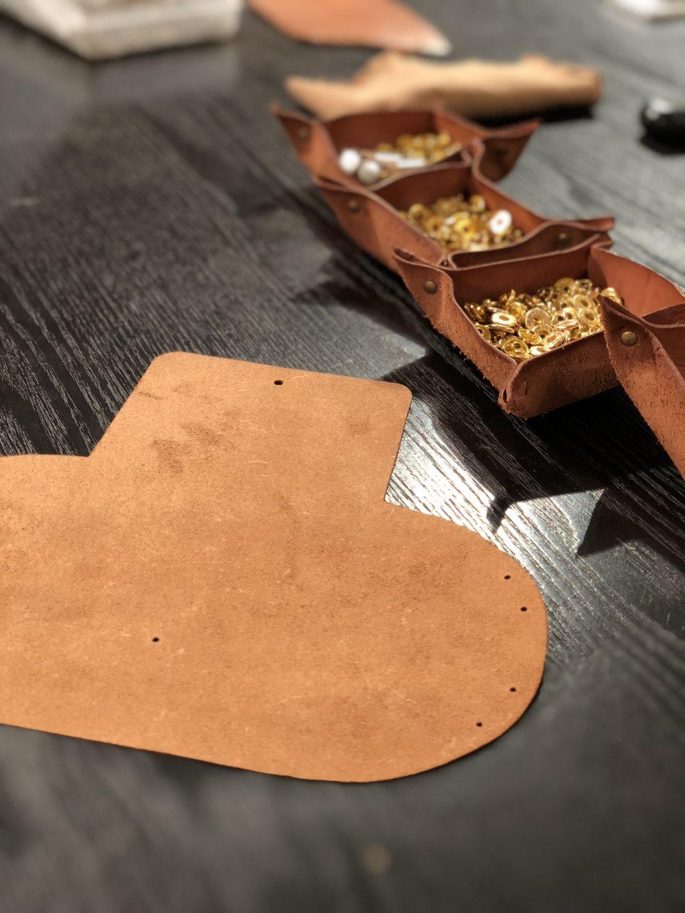 オリジナルランドセルのワークショップの革小物と真鍮の金物