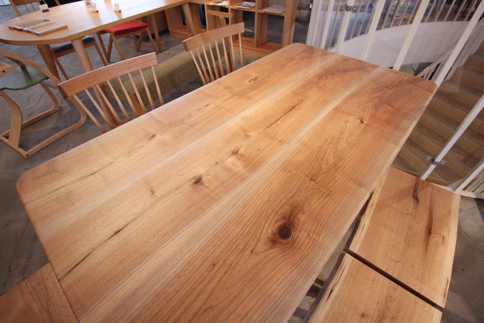胡桃のテーブル