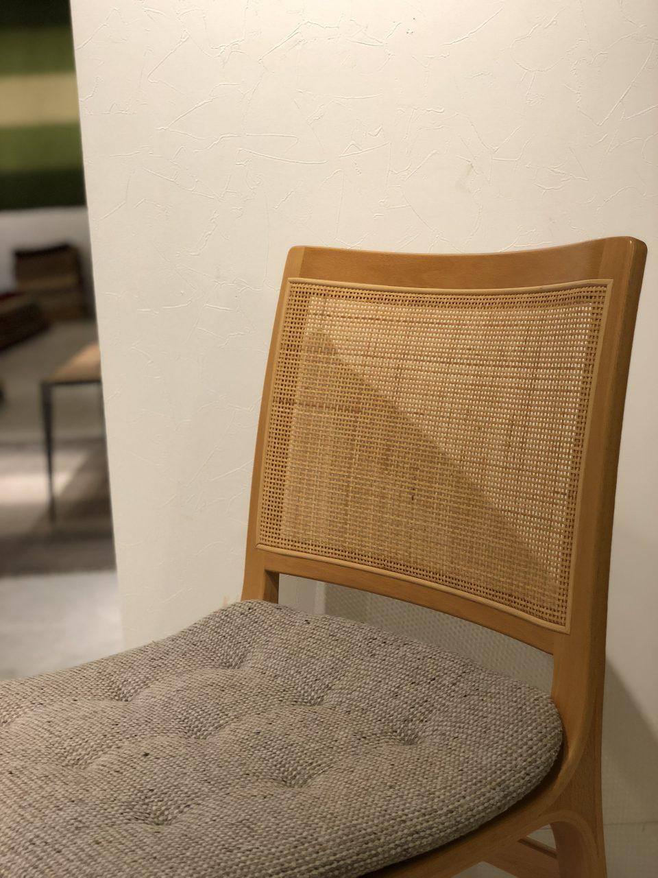 ブルーノ・マットソンデザインのダイニングチェアは、背の部分が籐で編まれています
