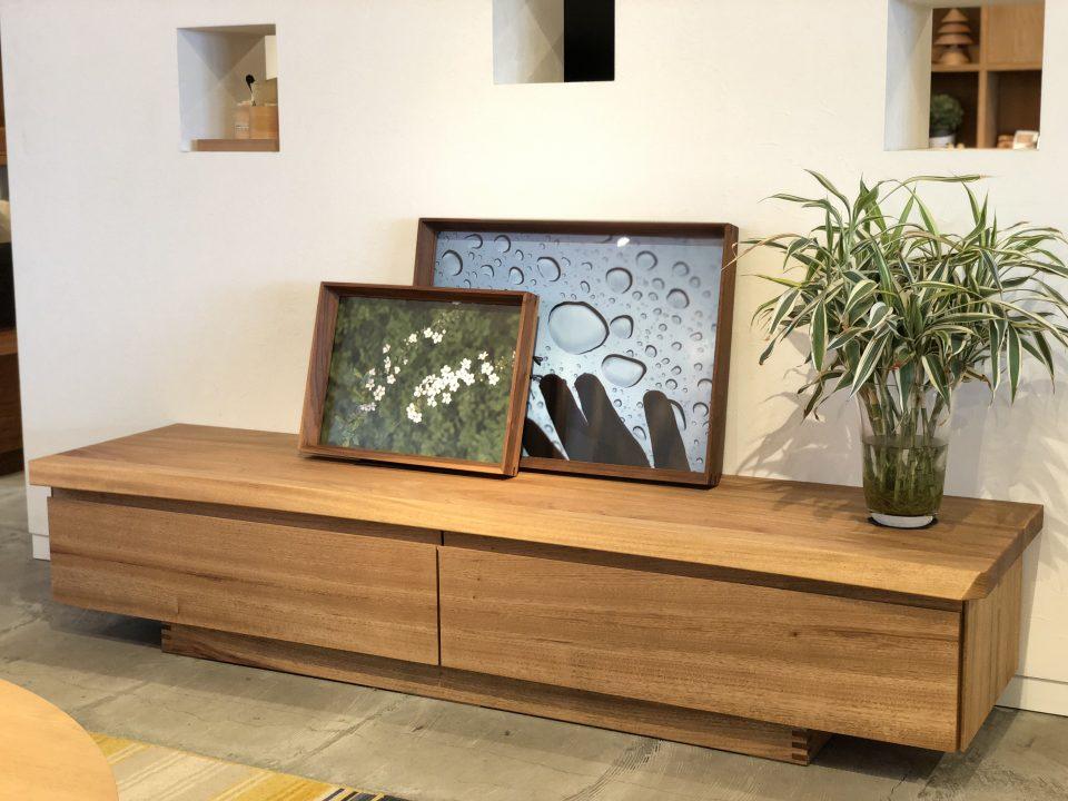 一枚板に合う楠の無垢TVボードです
