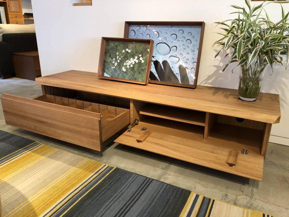 一枚板に合う楠の無垢板TVボードです。