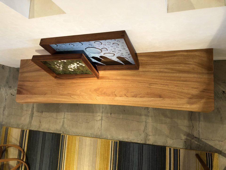 一枚板に合う楠の無垢板のTVボードの天板は曲線的でカッコいい