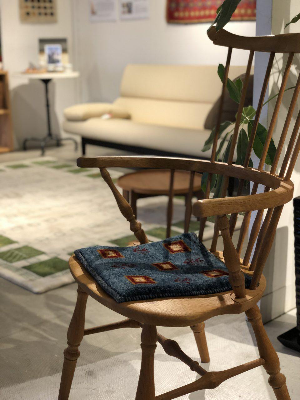 ミニギャッベは、お尻の群れも軽減してくれるの椅子の座面にもぴったりです