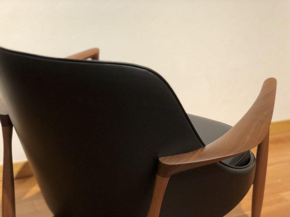 北欧デンマークのエリザベスチェアの肘のラインも素敵です。ウォールナット材黒革仕様