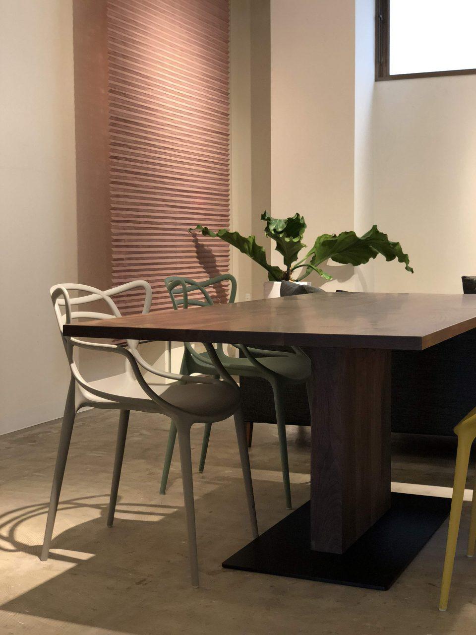 カルテルのマスターズにもぴったりなウォールナット無垢材のダイニングテーブルです