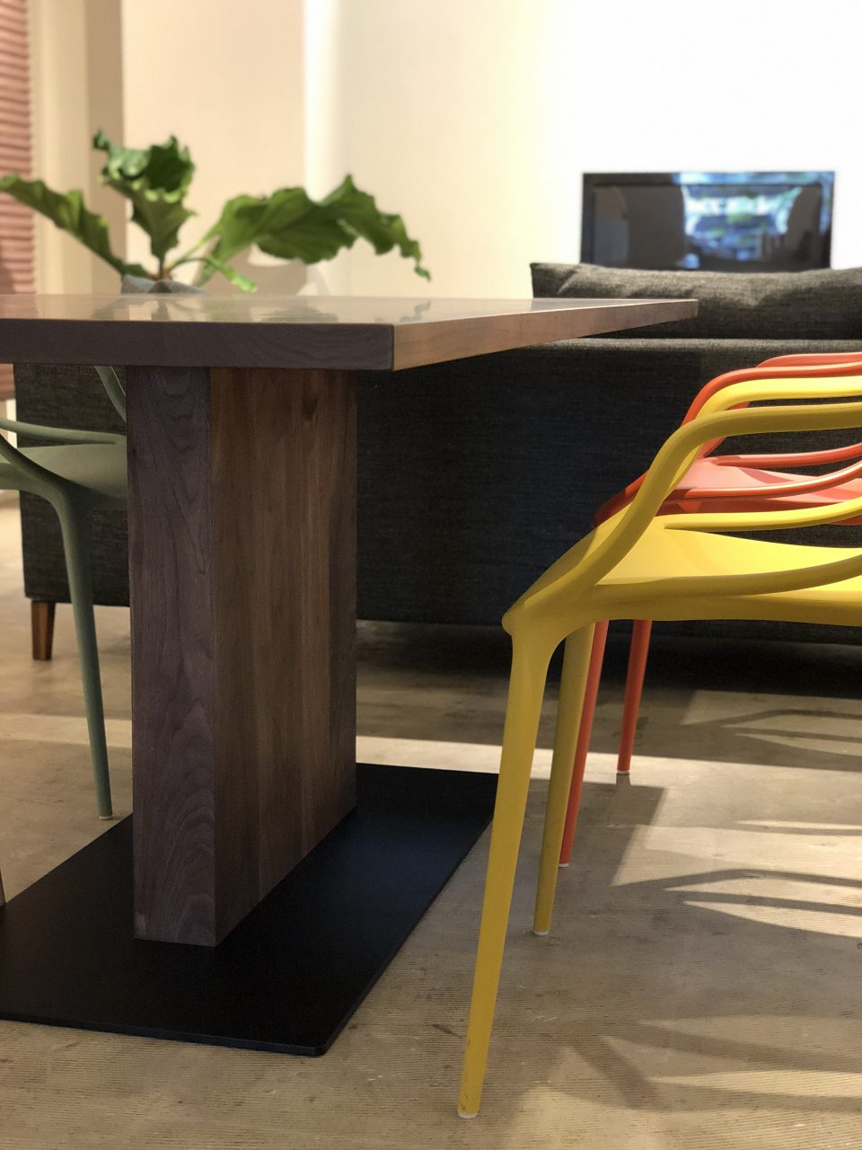 1本脚のウォールナット無垢材のダイニングテーブルは、出入りもしやすいデザインです。