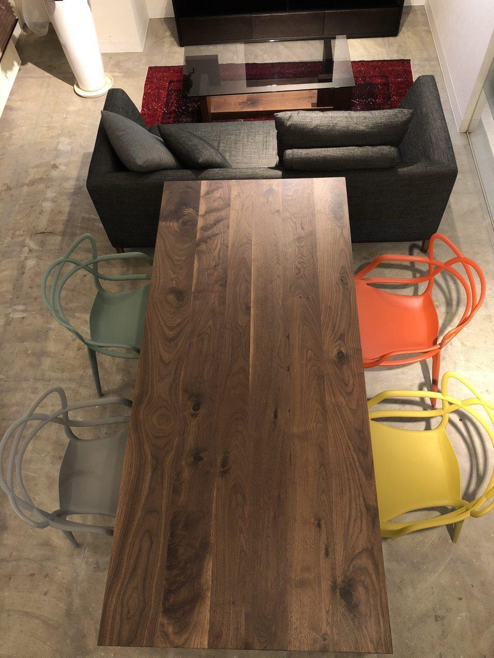 1本脚のウォールナット無垢板のダイニングテーブルはモダンテイストにぴったりです