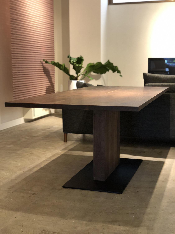 ウォールナット無垢材ののモダンダイニングテーブル