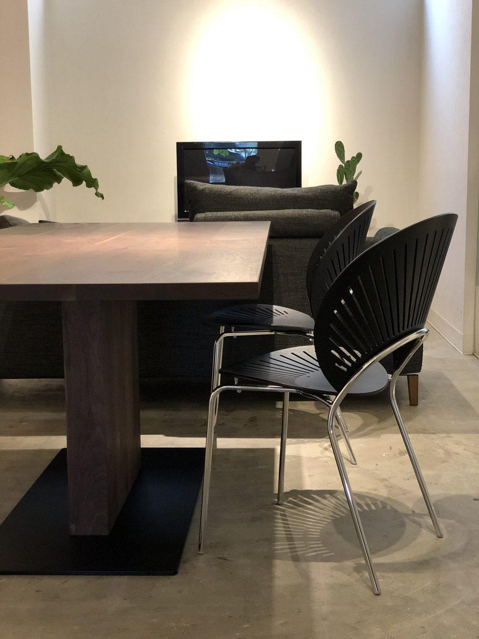 トリニダードチェアと合わせてスカンジナビアンモダンテイストにぴったりな1本脚のウォールナット無垢材のダイニングテーブルです