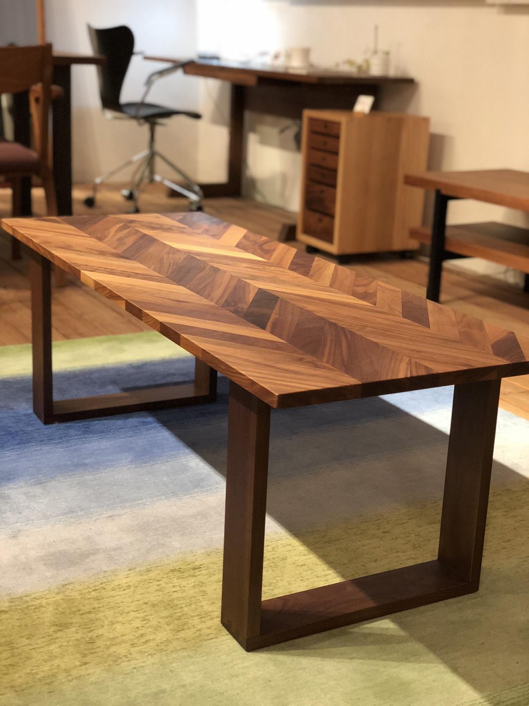 ウォールナット無垢材のヘリーンボーン柄のリビングテーブルです