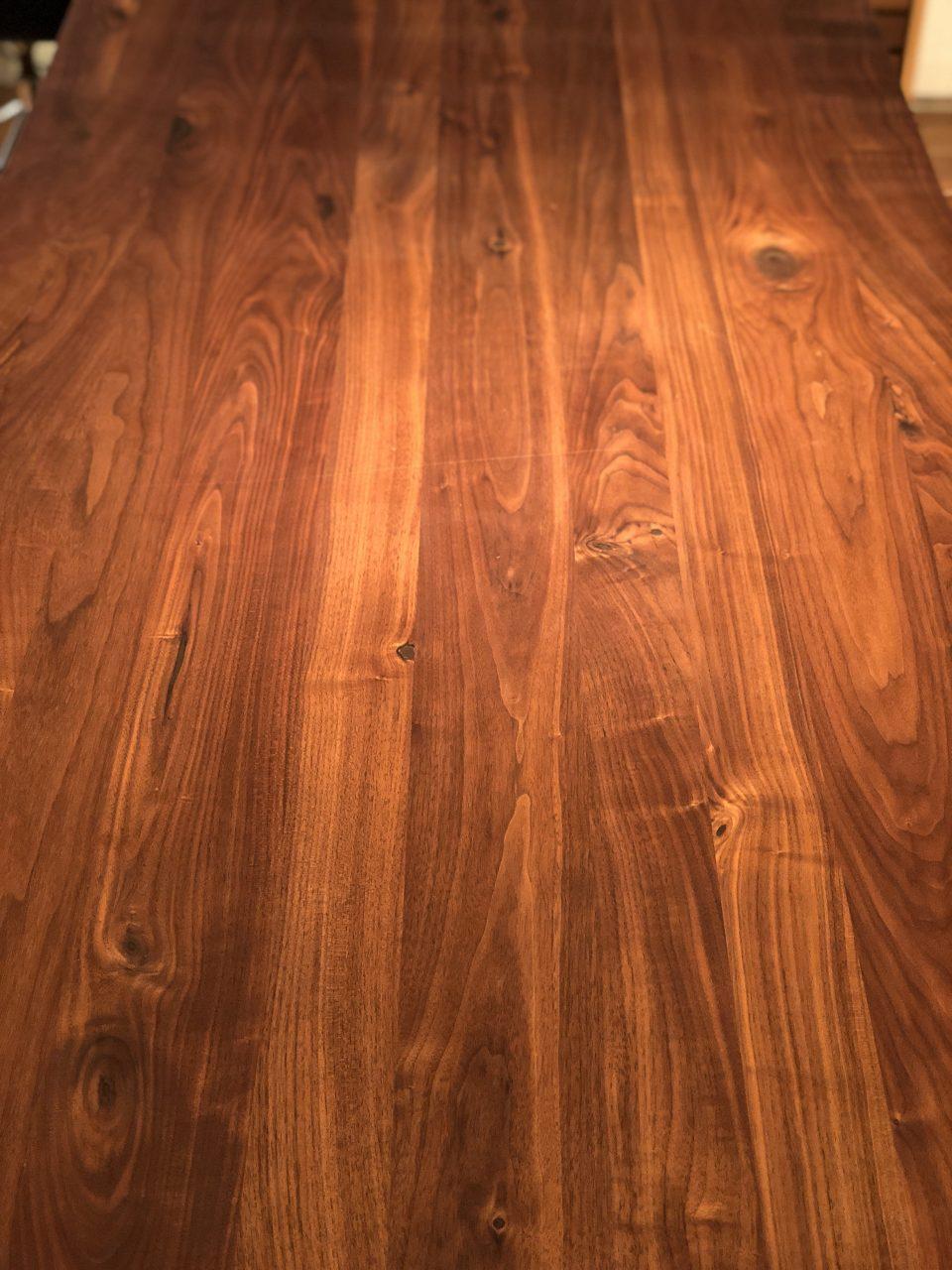 節が多めのウォールナット材のダイニングテーブルです