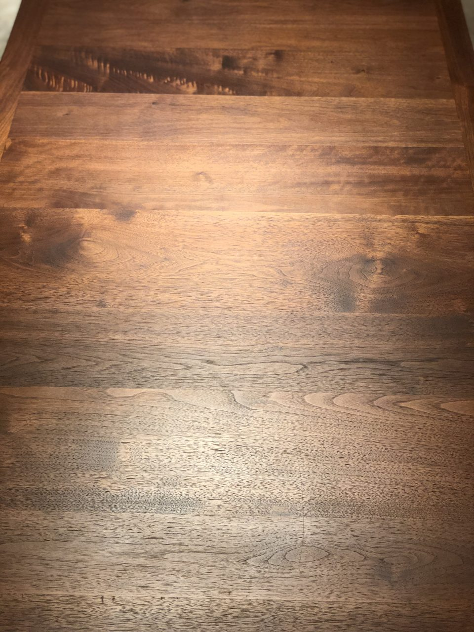珍しい横張りのウォールナット材のダイニングテーブルです