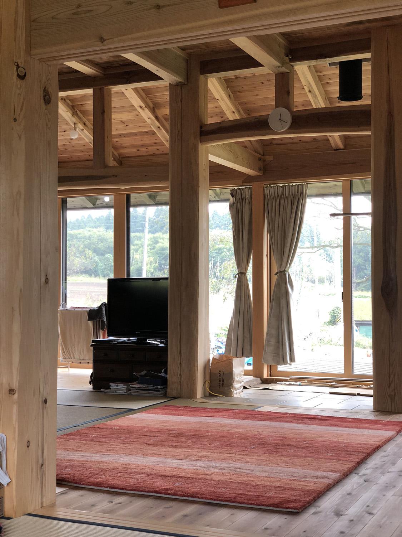 福島にアートギャッベの赤を自然素材がふんだんに使われた新築の家に納品してきました