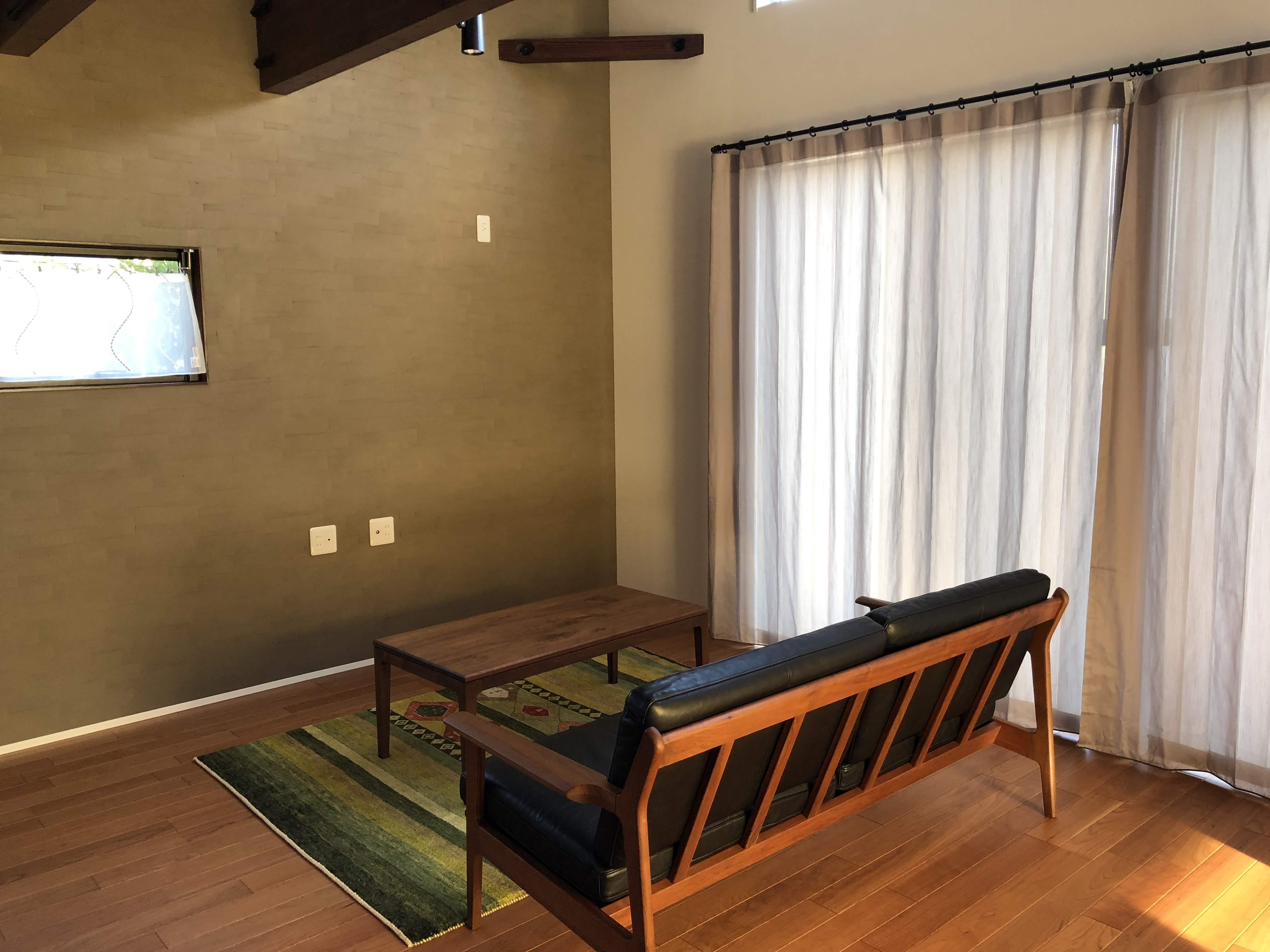 新潟市西区の新居のリビング掃出し窓にリネンのフラットカーテンとラインドレープの組合せで取付しました