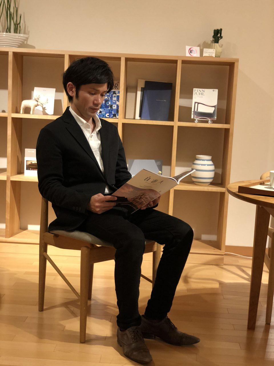 フィンユールのリーディングチェアは読書をする椅子