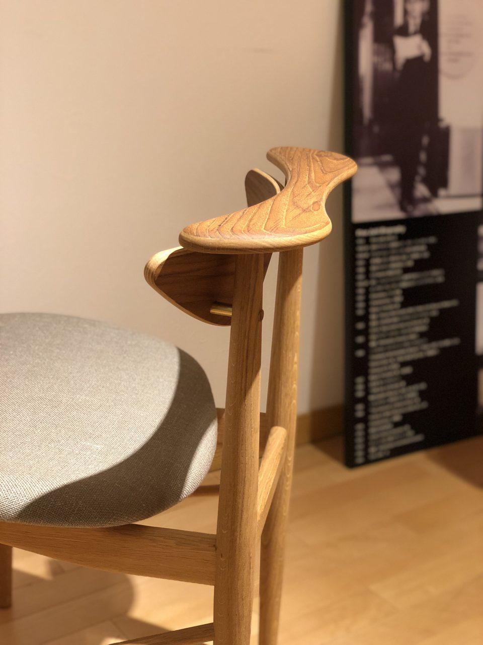 チーク材とオーク材のコンビネーションのリーディングチェアは、フィンユールの個性的な椅子です。