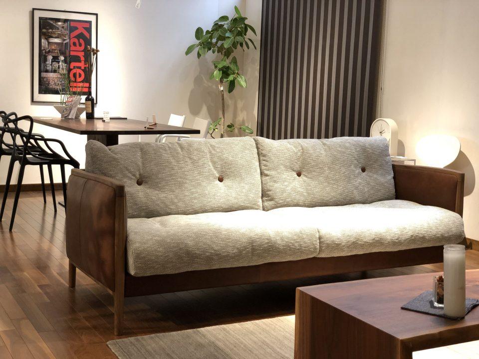 新潟市で新築ならレトロモダンな染料染めのソファは素敵です。