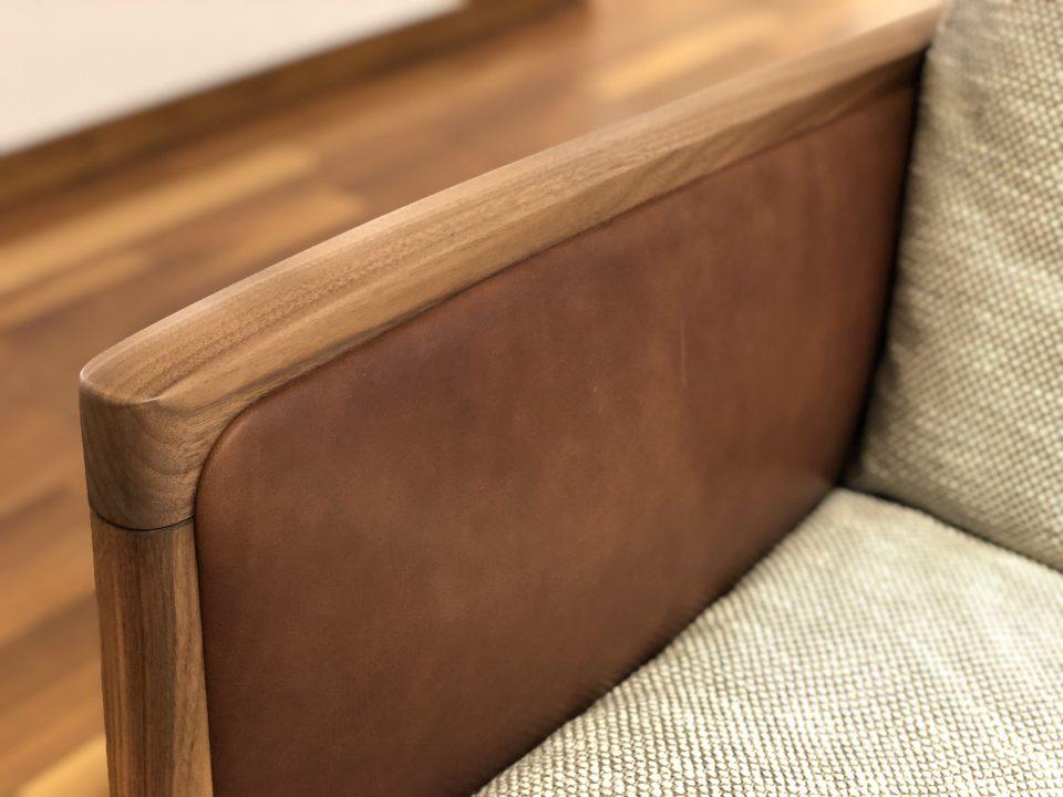 フレームがウォールナット材、味わいがでる染料染めの革を使ったソファが新潟市で新築・買い替えするならお勧めです。