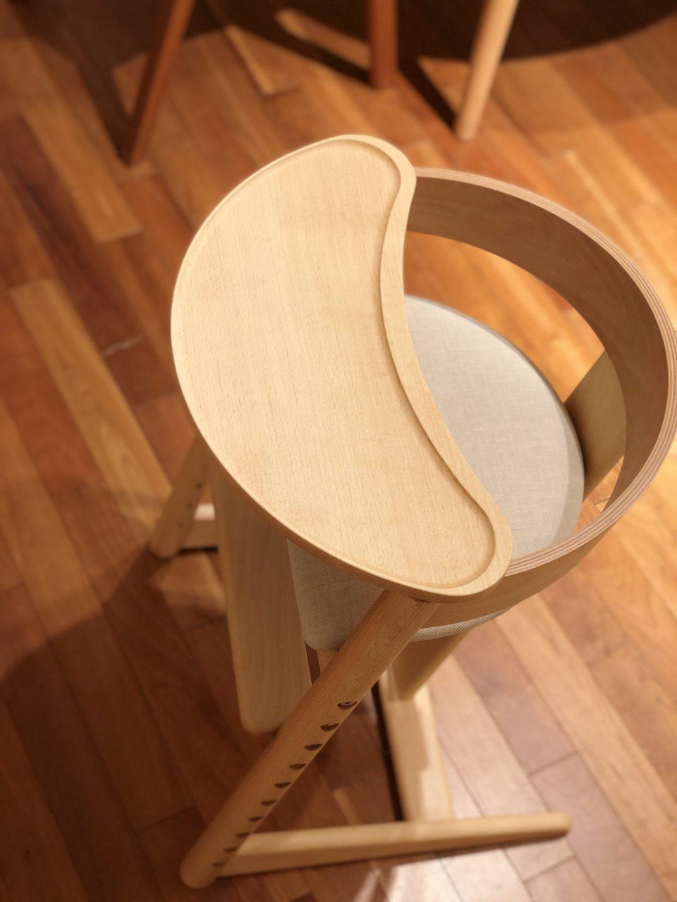新潟市のおしゃれなベビーチェアは、オプションのテーブルを取り付ければ、乳児用としても使えます