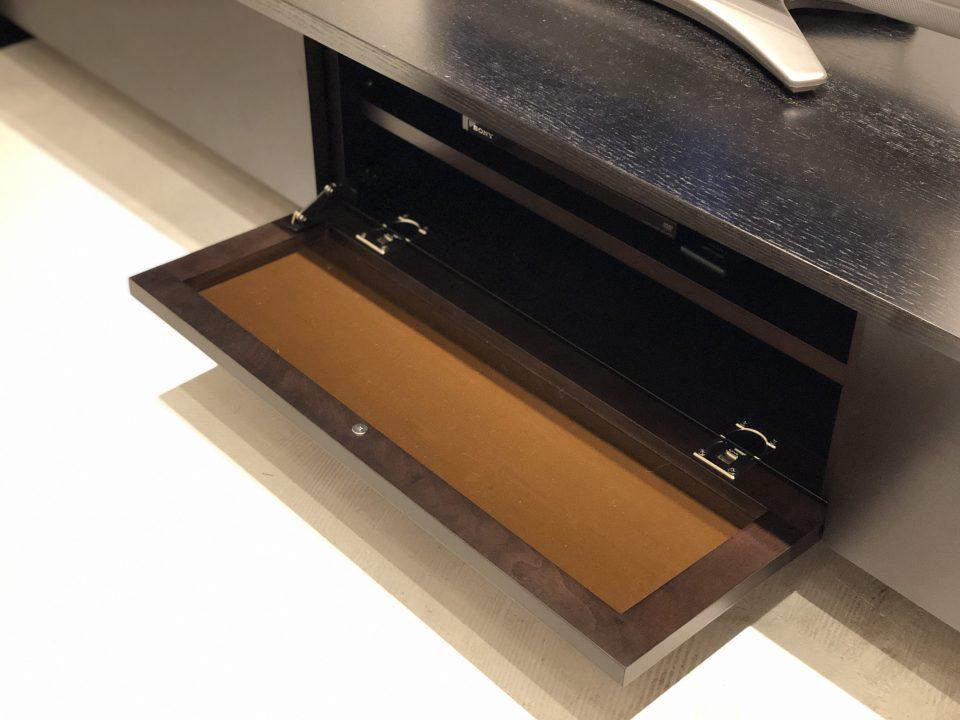新潟市のモダンなTVボードは、前板が木製ですが、リモコンが通じます