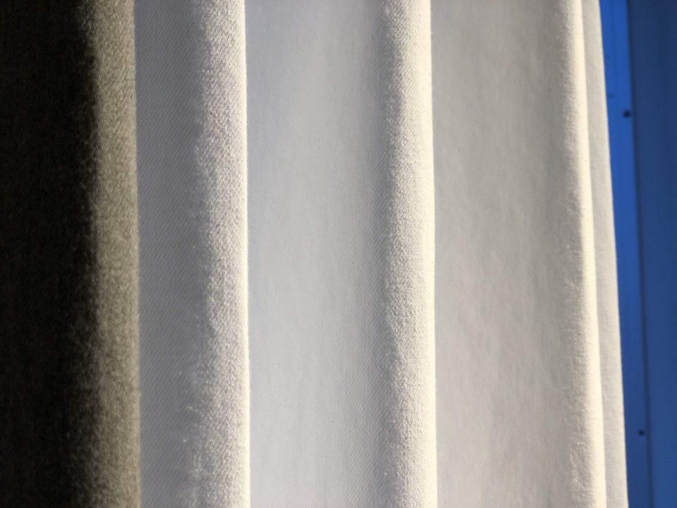 デニム生地のカーテンは遮光性もあり、寝室にもお勧めです