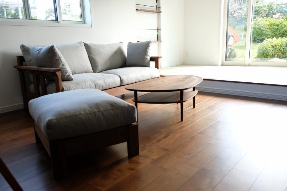 新潟市西区の新築のリビングにウォールナット材の木肘のソファを納品致しました