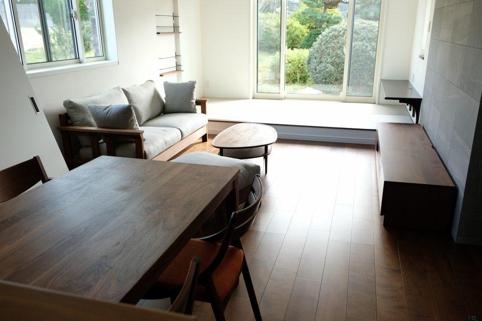 新潟市西区の新築のお宅にウォールナット材のテーブルセットとティーズモービレの木肘のソファをお届けしました