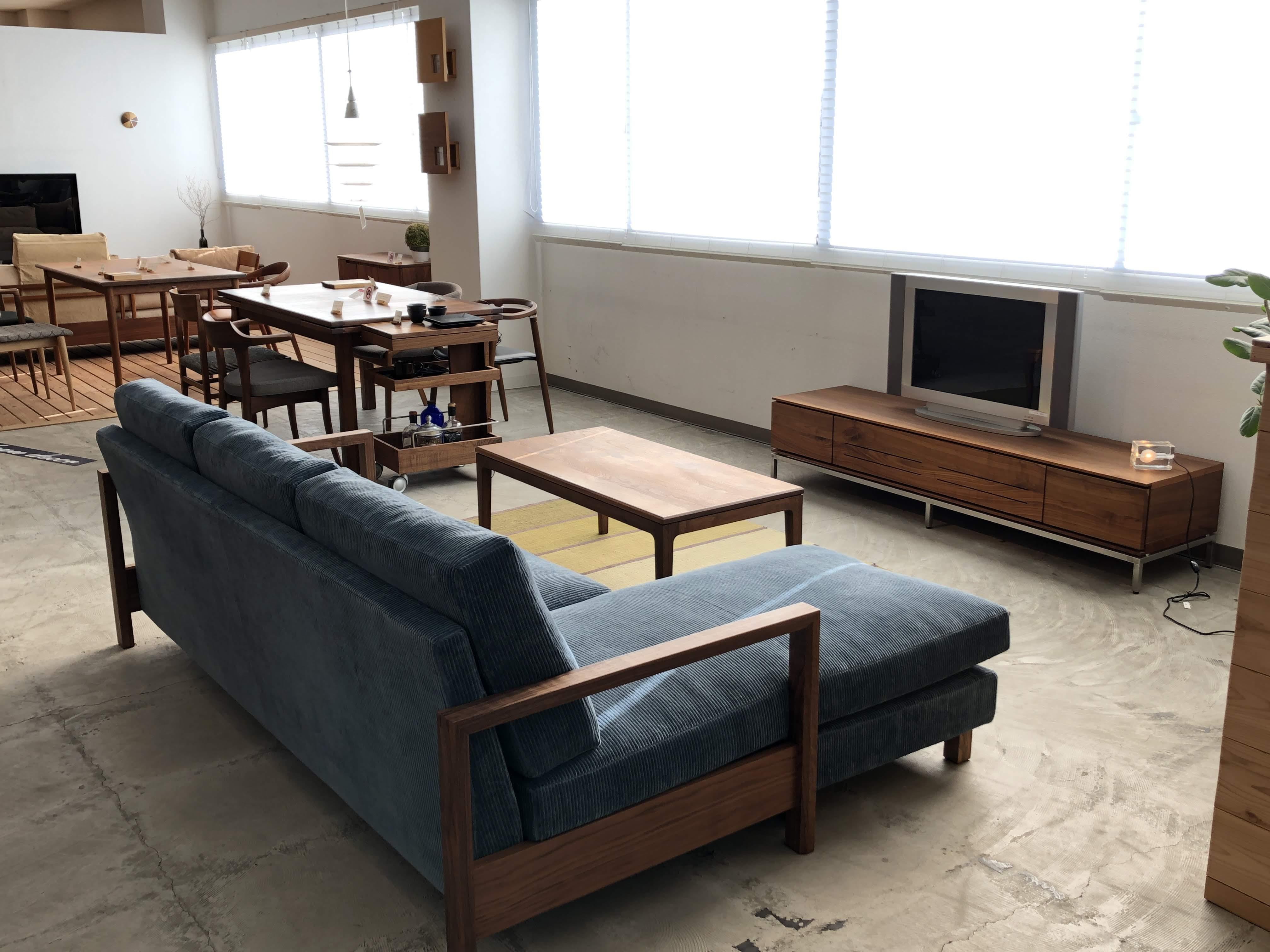 ウォールナット材のウッドフレームソファで、TVボードとリビングテーブルもウォールナット材でトータルコーディネート出来ます