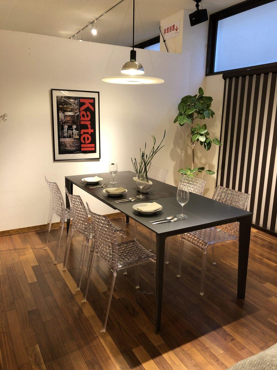 セラミック素材のエクステンション伸長式ダイニングテーブルです