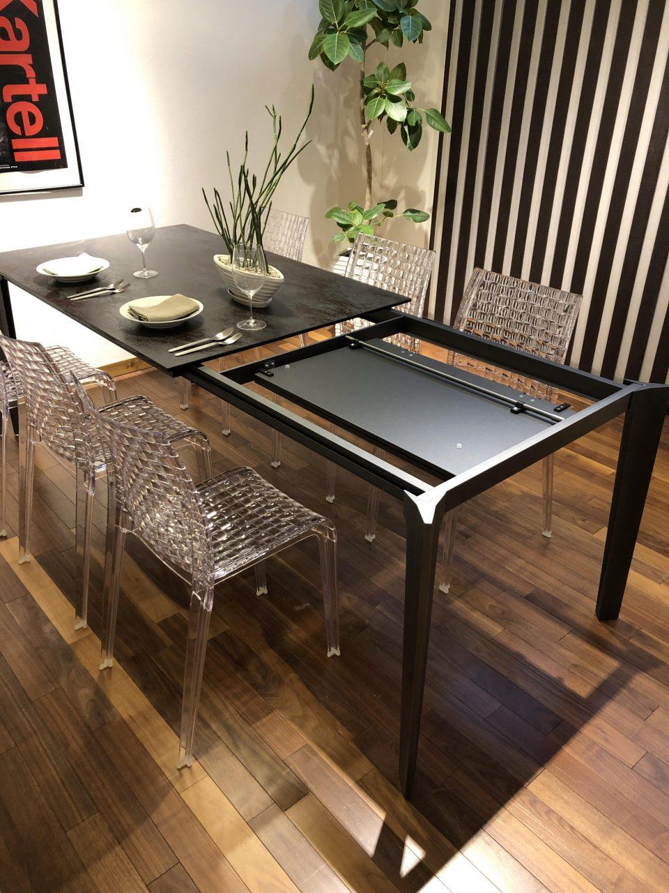 セラミック素材のエクステンションダイニングテーブルの広げ方です
