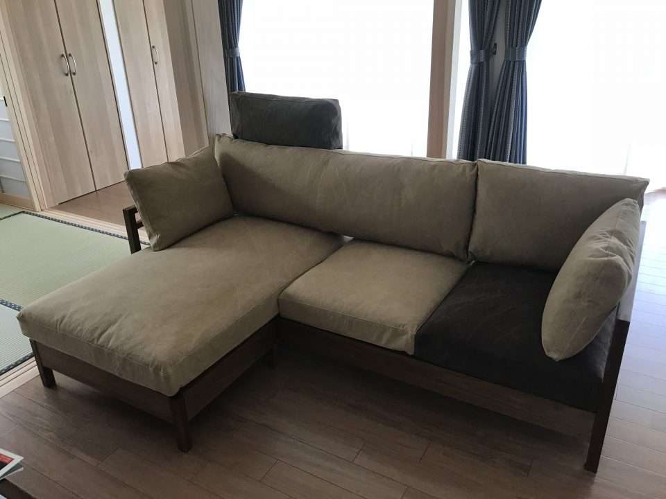 五泉市にお届けしたウォールナット材の木製フレーム広松木工のリポーゾソファです。