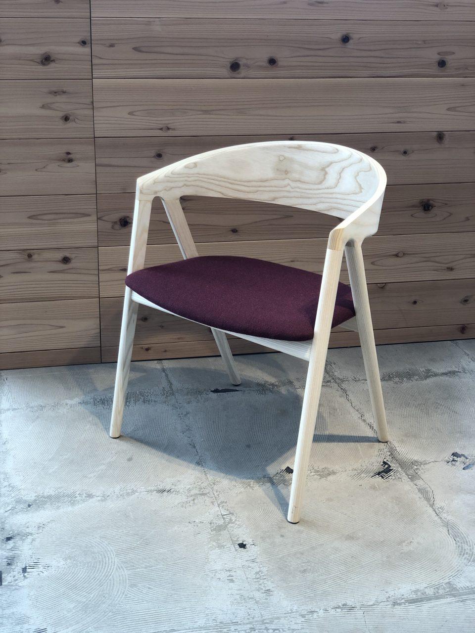 アッシュ材のダイニングチェアのHARPチェアは、寛ぐにもぴったりのおしゃれな椅子です